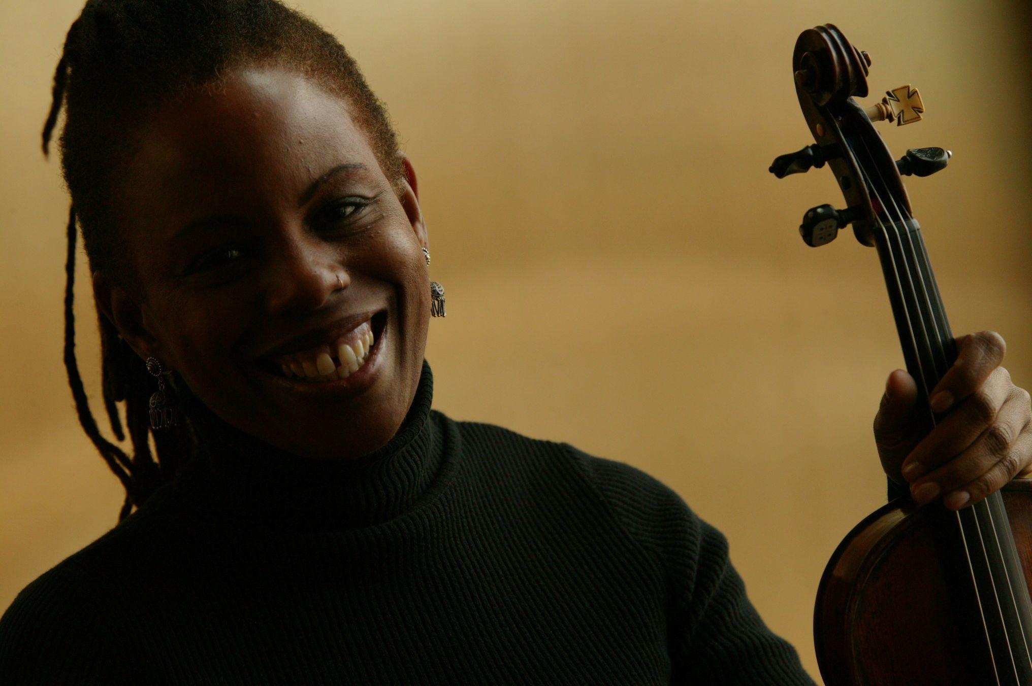 Violinist Regina Carter in 2004. (Susan Tusa/Detroit Free Press)